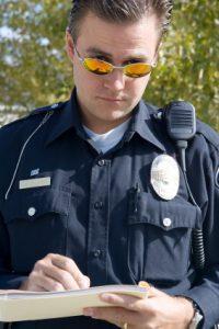 Policajt spisuje pokutu